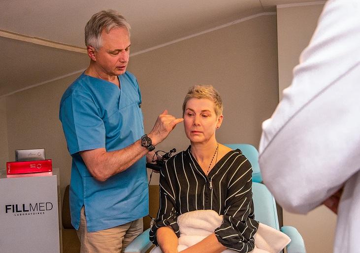 Plastikos chirurgas Renaldas Vaičiūnas Medicinos diagnostikos ir gydymo centre prieš Bionutrilift procedūrą pacientei