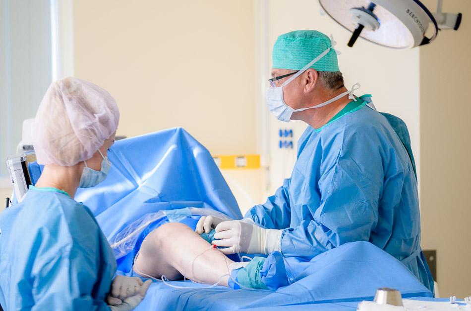 Medicinos diagnostikos ir gydymo centro kraujagyslių chirurgas Nerijus Bičkauskas operuoja venas lazeriu